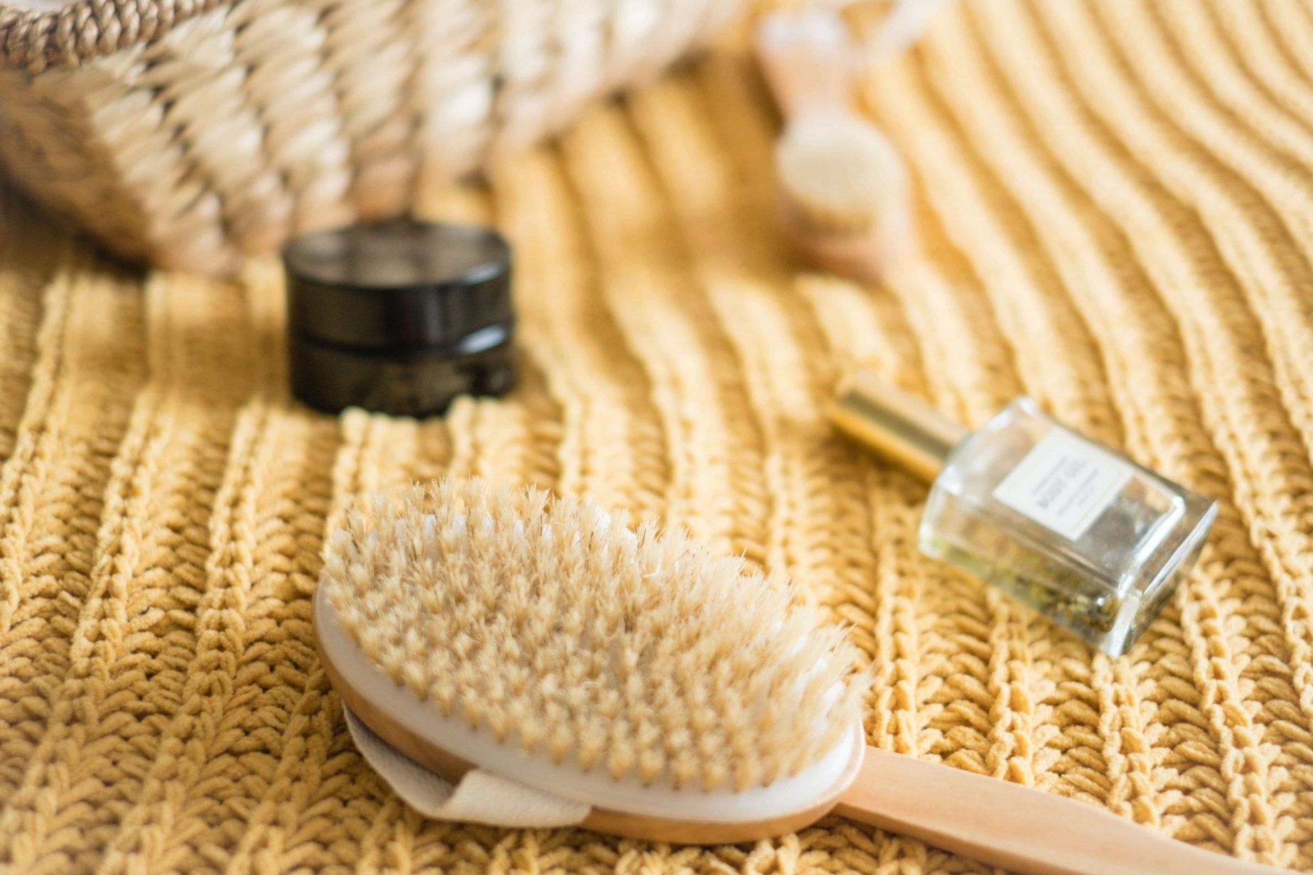 Why You Should Be Dry Brushing Your Skin #whatsavvysaid #ontheblog #wellness #healthyhabits #drybrushing #exfoliate #drybrush #wellnesstips #showerroutine #bodyoil #bodybrush